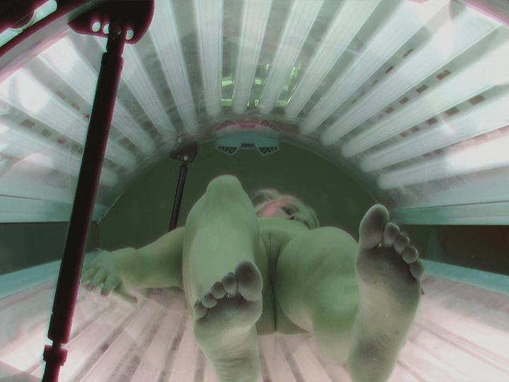 Nacktaufnahmen mit rasierte Muschis aus einem Spanner Solarium