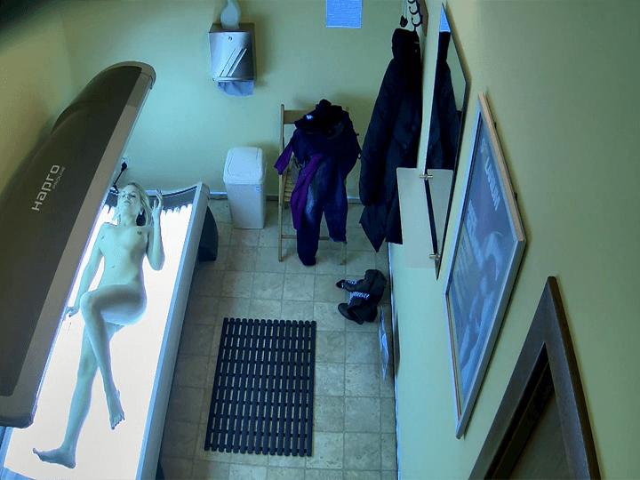 Webcam Spanner Foto zeigt nacktes Mädchen auf der Sonnenbank
